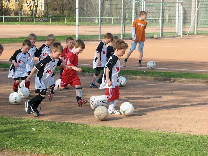 Nachwuchsfußballer des VfB Oberweimar beim Training auf der Falkenburg (Archivbild)
